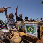 Caminhonete com ajuda humanitária do Brasil cruza fronteira com Venezuela, mas não fura