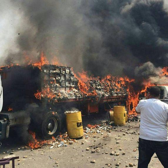 Caminhão com suprimentos da Colômbia foi queimado na