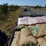 Caminhonete com ajuda humanitária do Brasil recua após cruzar fronteira com