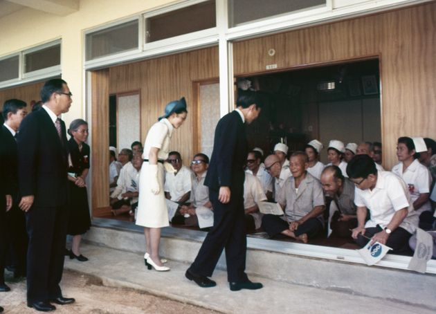 初めての沖縄訪問で、国立ハンセン病療養所「沖縄愛楽園」を訪問された天皇、皇后両陛下(当時は皇太子ご夫妻)=1975年7月、沖縄県名護市