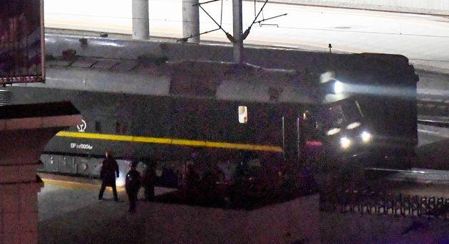 김정은 위원장이 중국을 방문할 때 사용한 것과 비슷해 보이는 기차가 북한-중ㄱ구 간 국경을 지나고 있다. 2월