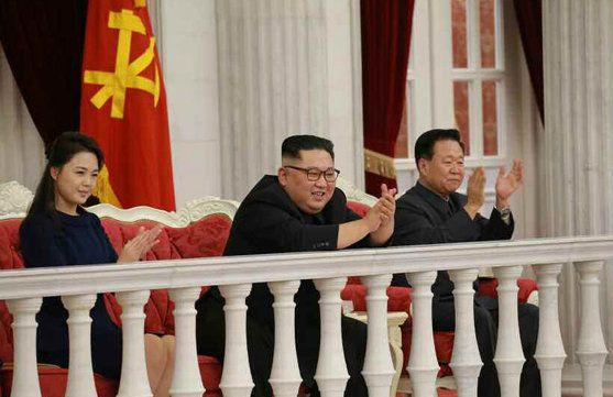 지난 9일 제71주년 건군절을 맞아 인민무력성을 방문한 김정은 북한 국무위원장. 왼쪽이 리설주 여사 오른쪽이 최룡해 노동당 중앙위원회
