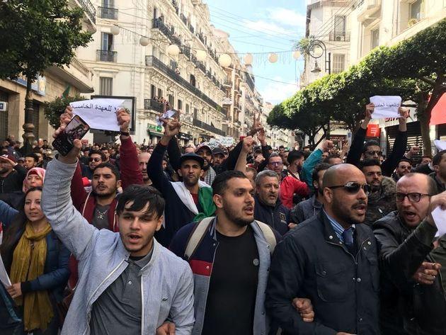 A Alger, le sit-in de Mouwatana réprimé, marche pacifique contre le 5e