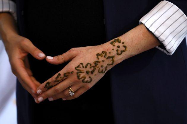Au Maroc, Meghan Markle se fait un tatouage au henné sur la