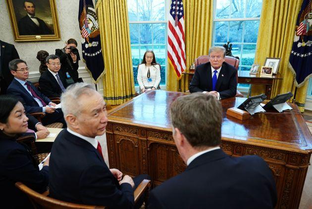 Liu He, der Gast aus China (l.) neben dem US-Handelsbeauftragten Lighthizer. Hinter seinem Schreibtisch:...