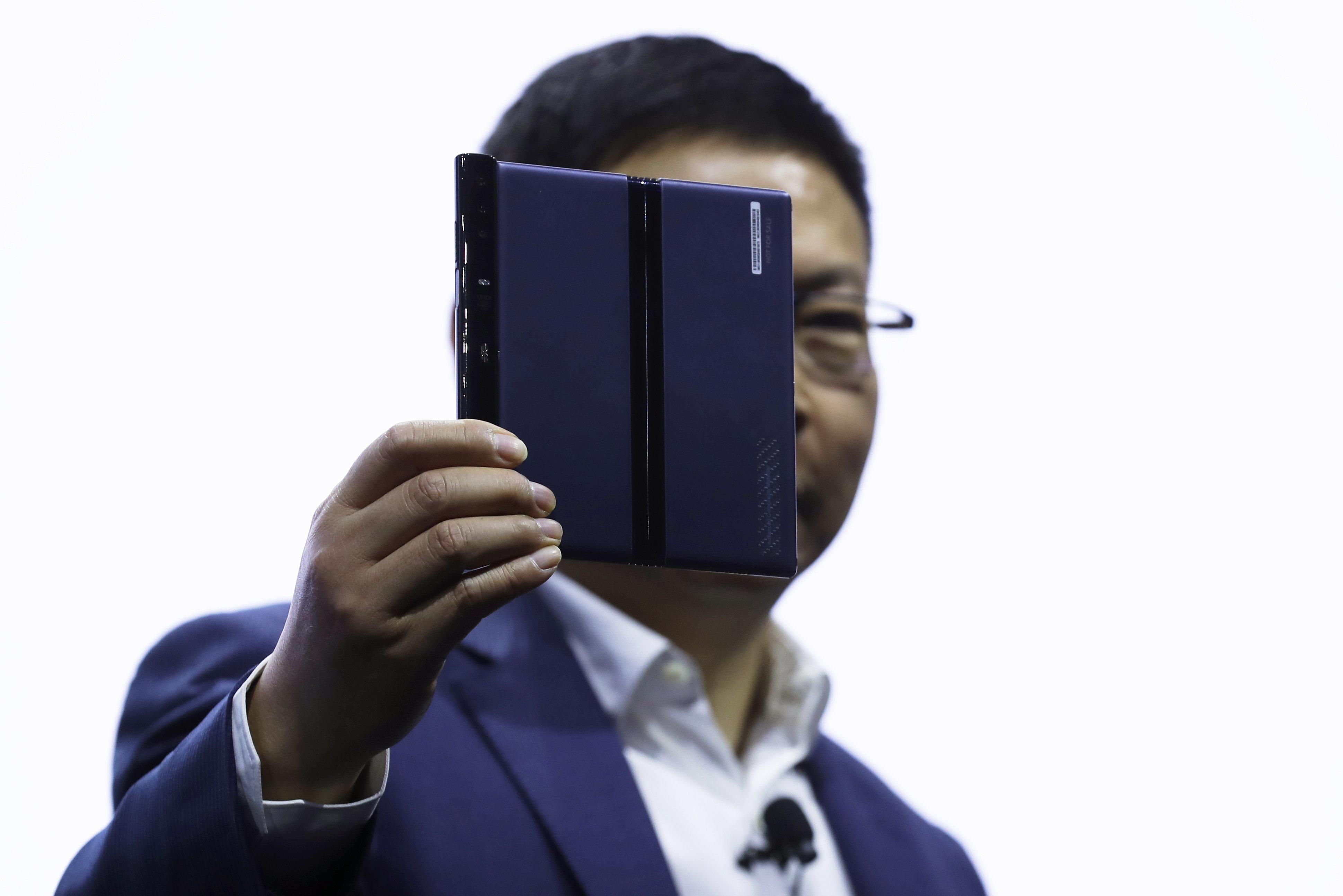«Εκρηξη» στην αγορά κινητών λόγω 5G: Νέο μοντέλο με οθόνη που διπλώνει και από την