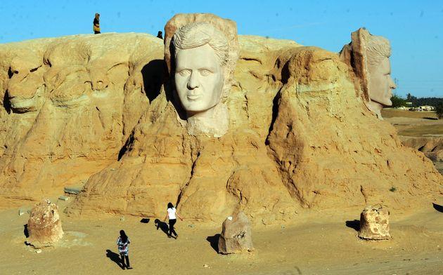 Des touristes aux pieds de la sculpture d'Abou El Kacem Chebbi à