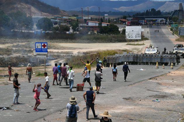 Βενεζουέλα: Ο Μαδούρο υπό «πολιορκία» εξαιτίας των συγκρούσεων για την ανθρωπιστική