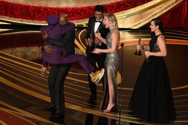 リー監督は壇上に上がると、プレゼンターを務めたサミュエル・L・ジャクソンと抱き合い、喜びを爆発させた。