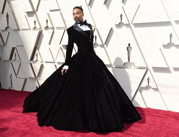 턱시도 드레스 입고 오스카 레드카펫에 선 배우가 모두의 시선을
