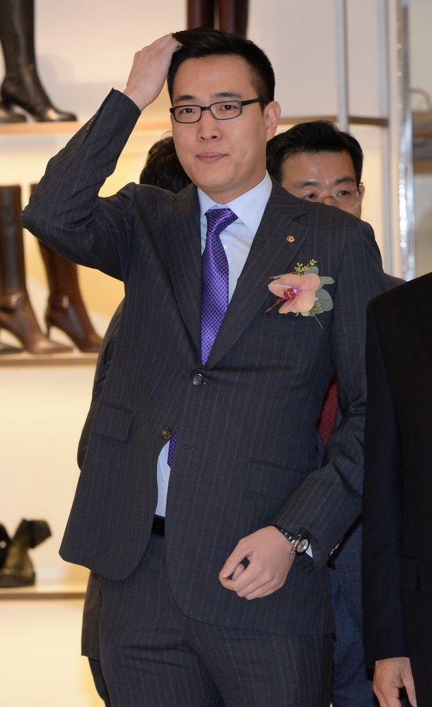 2015년 12월 김동선 당시 한화건설 과장이 서울 여의도 63빌딩에서 열린 '갤러리아면세점 63' 개장식에 김동선 한화건설 과장이 참석하고 있는