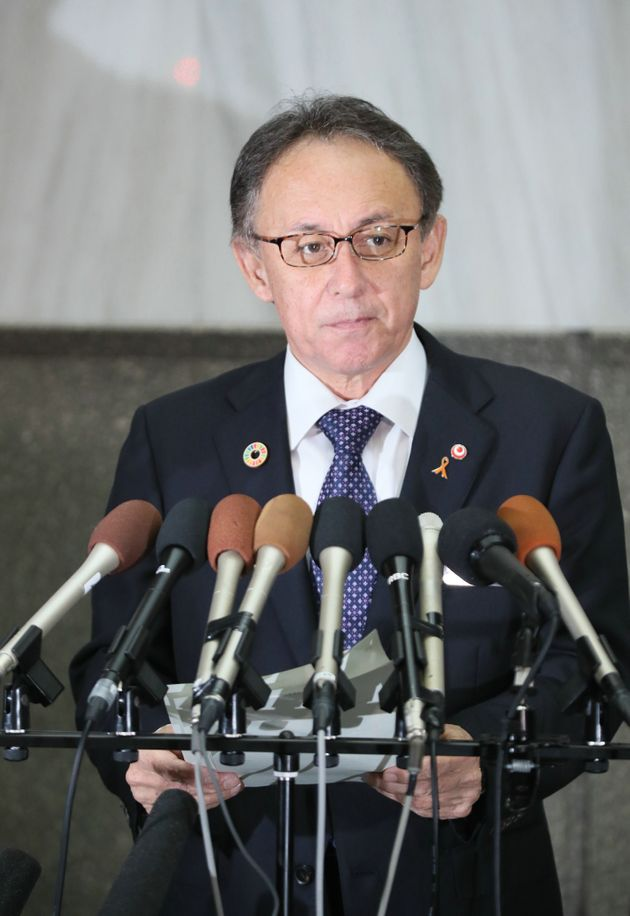 県民投票を終え、取材に応じる沖縄県の玉城デニー知事=2月25日、県庁
