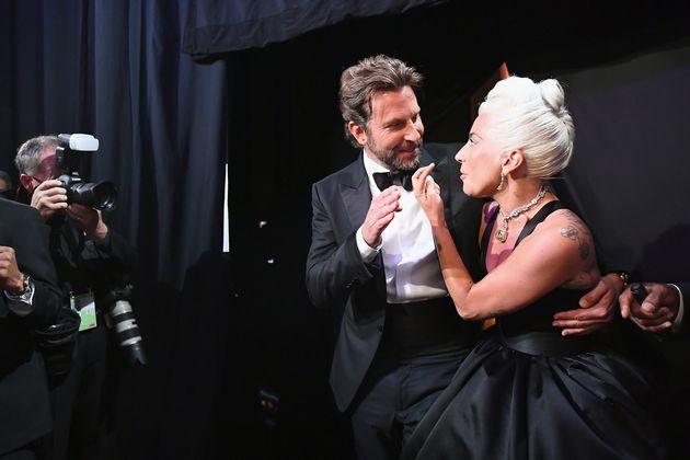 Μπράντλεϊ Κούπερ - Lady Gaga, αγκαλιά...