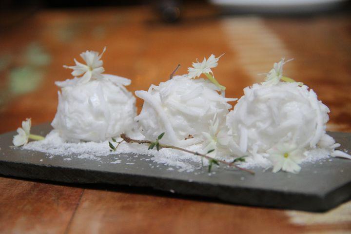 Esferas de maria mole recheadas com doce de leite.