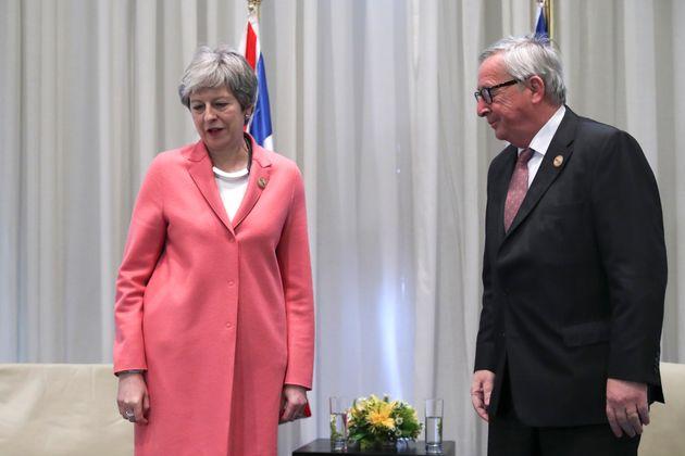 테레사 메이 영국 총리는 EU-아랍연맹 정상회의 기간 동안 장-클로드 융커 유럽연합 집행위원장(오른쪽) 등 EU 지도자들과 별도 회담을 가졌다.이집트샤름 엘 셰이크,...