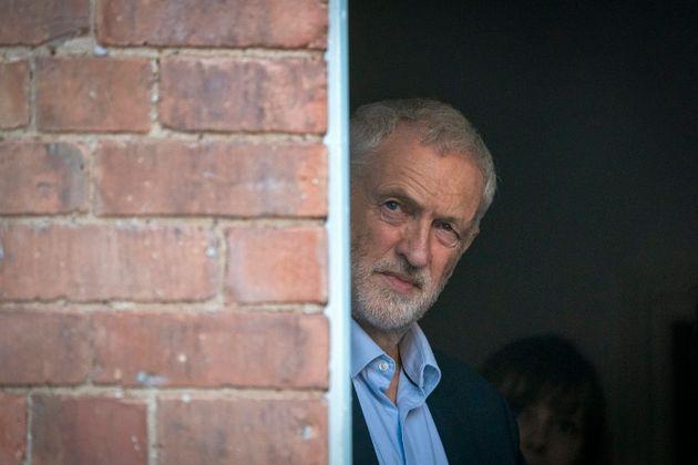 유럽연합 회의론자(Eurosceptics)로 분류되는 제러미 코빈 영국 노동당 대표는 그동안 2차 브렉시트 국민투표 실시 요구를