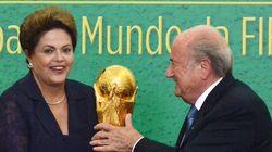 Dilma recebe Blatter no Palácio do Planalto e ergue o troféu da
