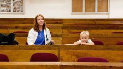 Mães estudantes lutam pelo direito de levar filhos para salas de aula nas