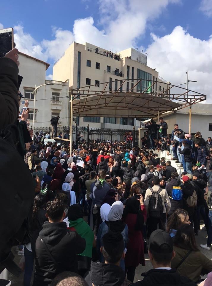 Sit-in dans les universités: les étudiants répondent à l'appel de manifester contre le 5e