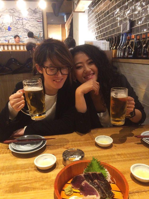 一緒にビールを飲みながら語る2人