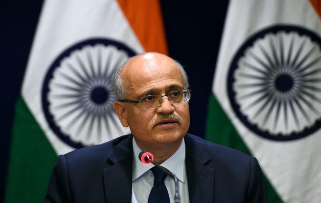 비자이 고칼레 인도 외교부 차관이 기자회견을 하고 있다. 인도 뉴델리, 2019년