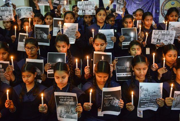 인도 학생들이 2월14일 카슈미르 인근에서 인도 중앙예비경찰부대(Central Reserve Police Force) 소속 병력 40여명의 목숨을 앗아간 테러 공격을 추모하는 촛불을...