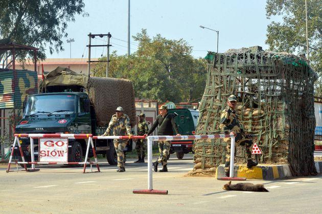 인도 국경수비대(BSF) 군인들이 인도-파키스탄 와가(Wagah) 국경에서 경계를 서는 모습. 2019년