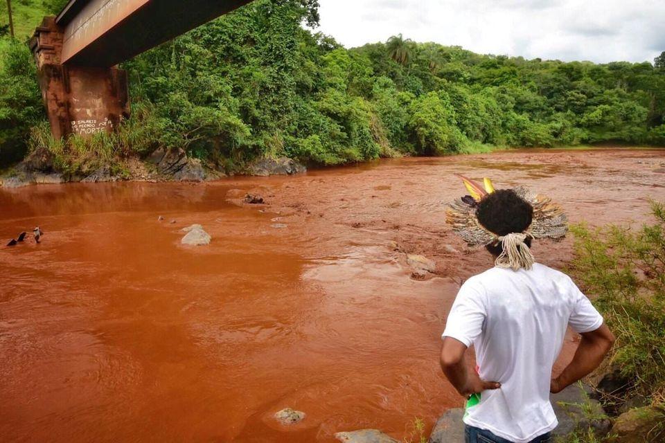 Invadido por uma onda de 14 toneladas de rejeitos, o rio está contaminado por materiais pesados...