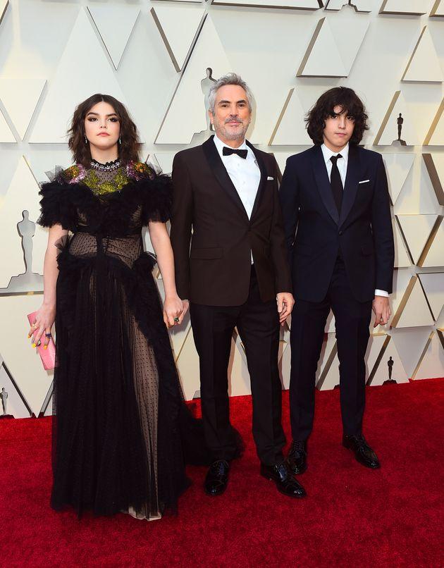 Alfonso Cuarón posa no tapete vermelho do Oscar com seus dois filhos, Bu Cuarón e Olmo...