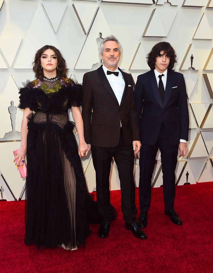 <strong>Alfonso</strong> <strong>Cuar&oacute;n </strong>posa no tapete vermelho do Oscar com seus dois filhos, Bu Cuar&oacute;n e Olmo Teodoro Cuar&oacute;n.