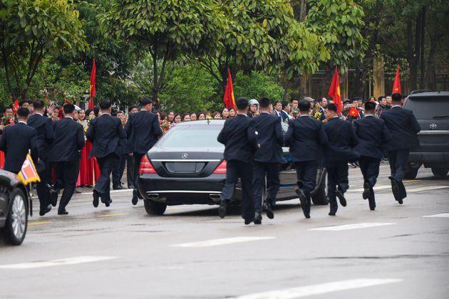 김정은 위원장과 함께 그의 '러닝 보디가드'도 베트남에