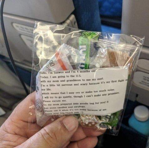 아기와 비행기 탄 한국인 엄마가 승객들에게 나눠준