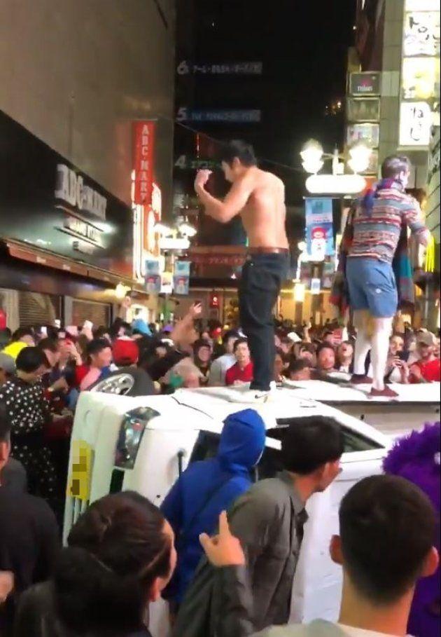 ハロウィンで人が殺到する渋谷センター街で軽トラックを横転させ、車に上る人たち(2018年)