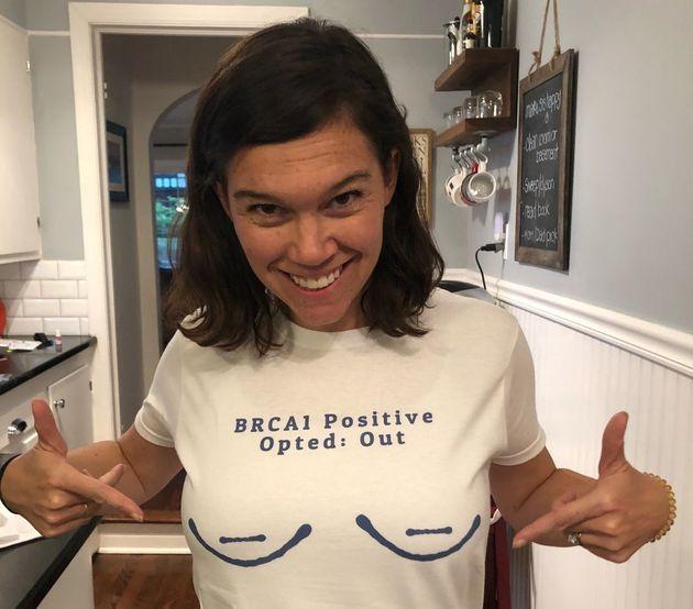 글쓴이 모린 보센이 새로운 유전자 검사 결과를 받기 한 달 전 자신이 BRCA1 양성 판정을 받았다는 걸 자랑스럽게 밝힌 티셔츠를 입고