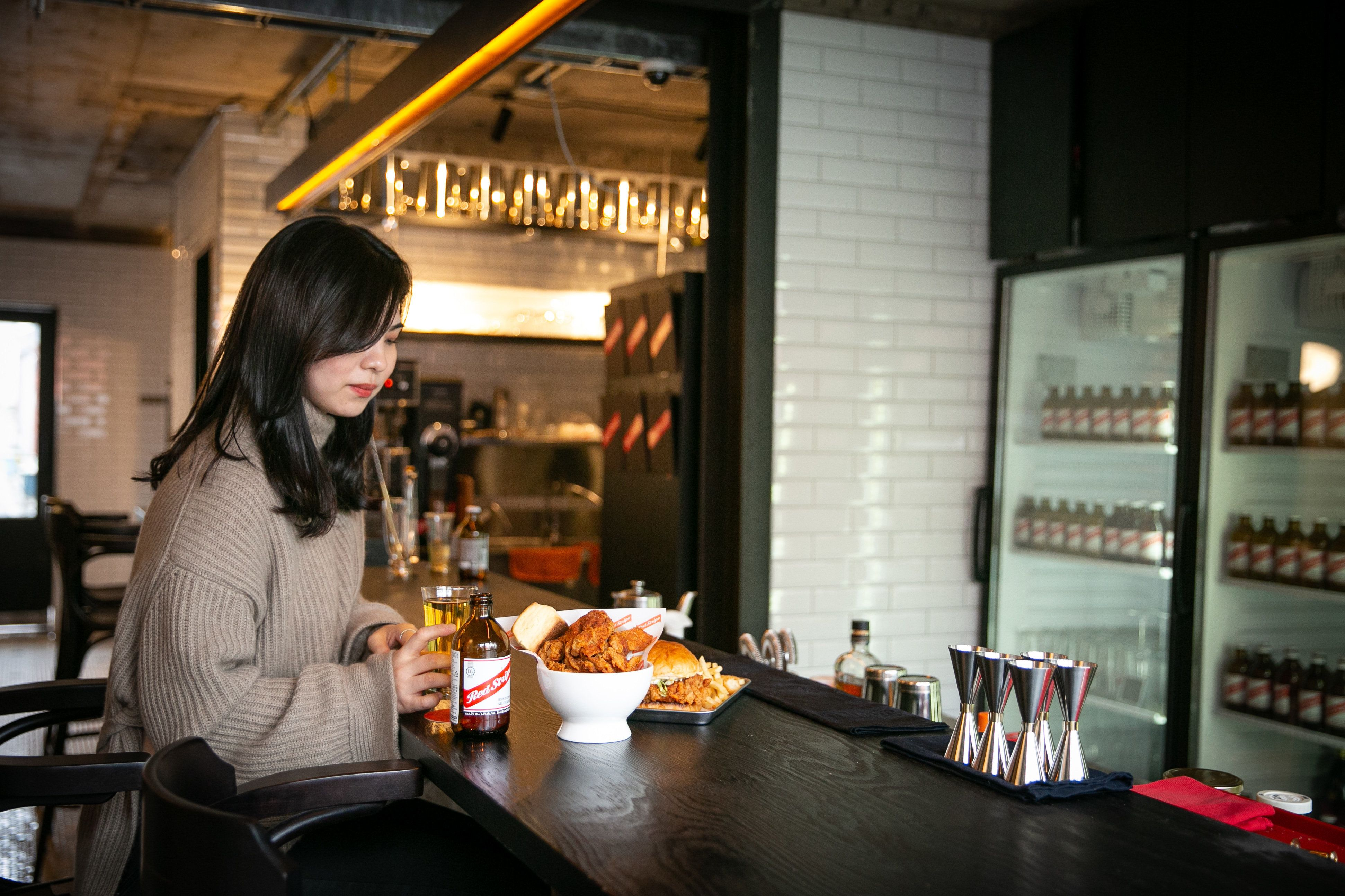 [태우's PICK] 한남동에는 면도도 받고 치킨버거도 먹을 수 있는 공간이