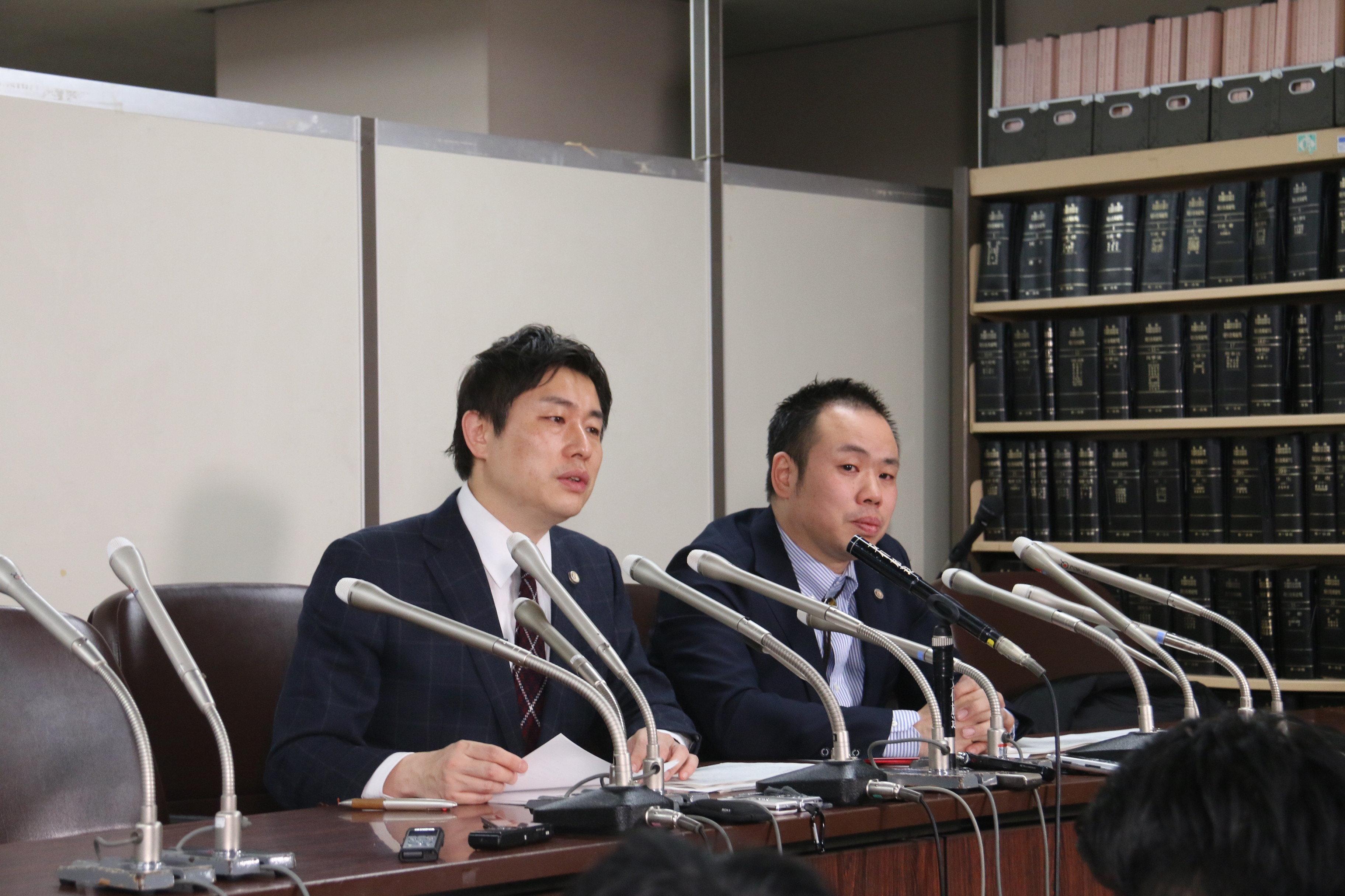 南弁護士と吉田弁護士。涙をためて両親の思いを語った。