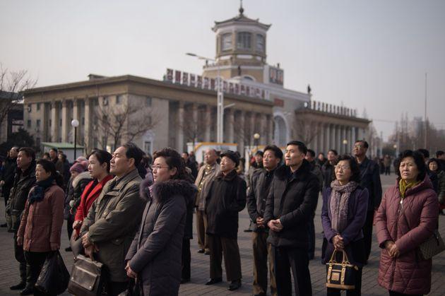 평양 시민들이 김정은 북한 국무위원장의 베트남 하노이 방문 소식을 전하는 조선중앙TV 뉴스를 시청하고