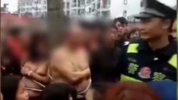 Κίνα: Τον έπιασε να την απατά και τον έδεσε με την ερωμένη του γυμνούς σε