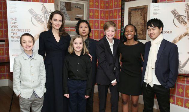 Esta foto de Angelina Jolie com os 6 filhos é a prova de que o tempo