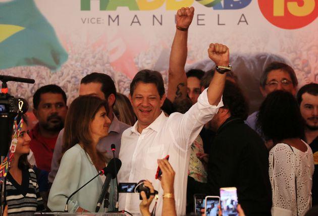 Fernando Haddad (PT) acena a apoiadores após perder as eleições presidenciais de