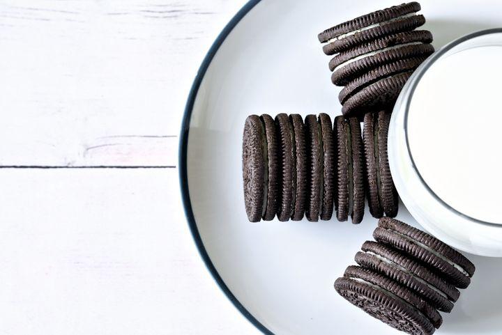 Aposto que você não consegue comer apenas meio pacote de biscoitos Oreo.