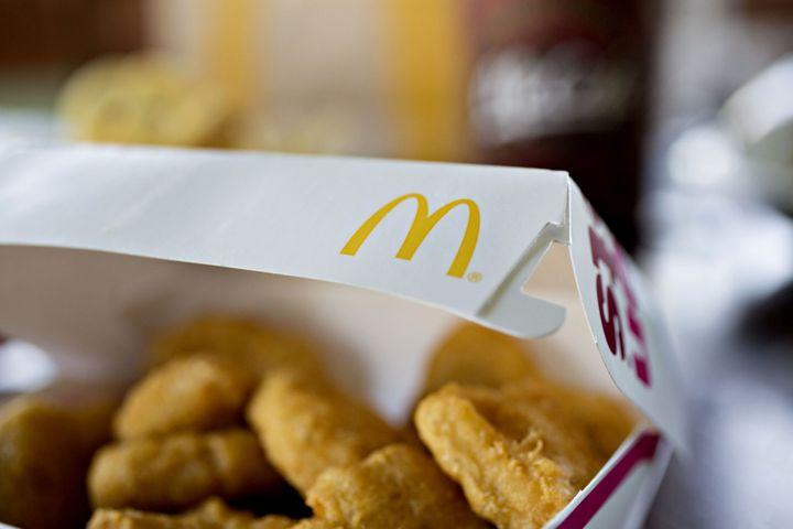"""Um nugget de frango de fast food, por exemplo, contém """"uma pasta fluida que é 'mecanicamente recuperada' de restos de animais que de outro modo seriam jogados fora, através do uso de centrífugas e moedores de alta pressão"""", escreveu Monteiro em artigo de 2010 para a World Nutrition."""