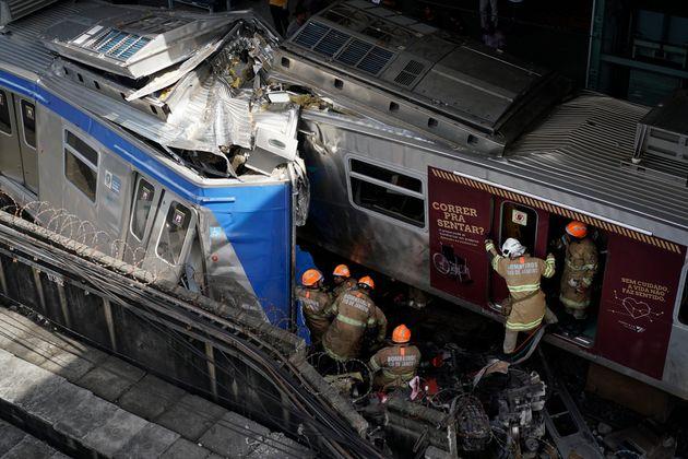 Bombeiros tiveram dificuldade para resgatar maquinista da locomotiva envolvida em colisão em São
