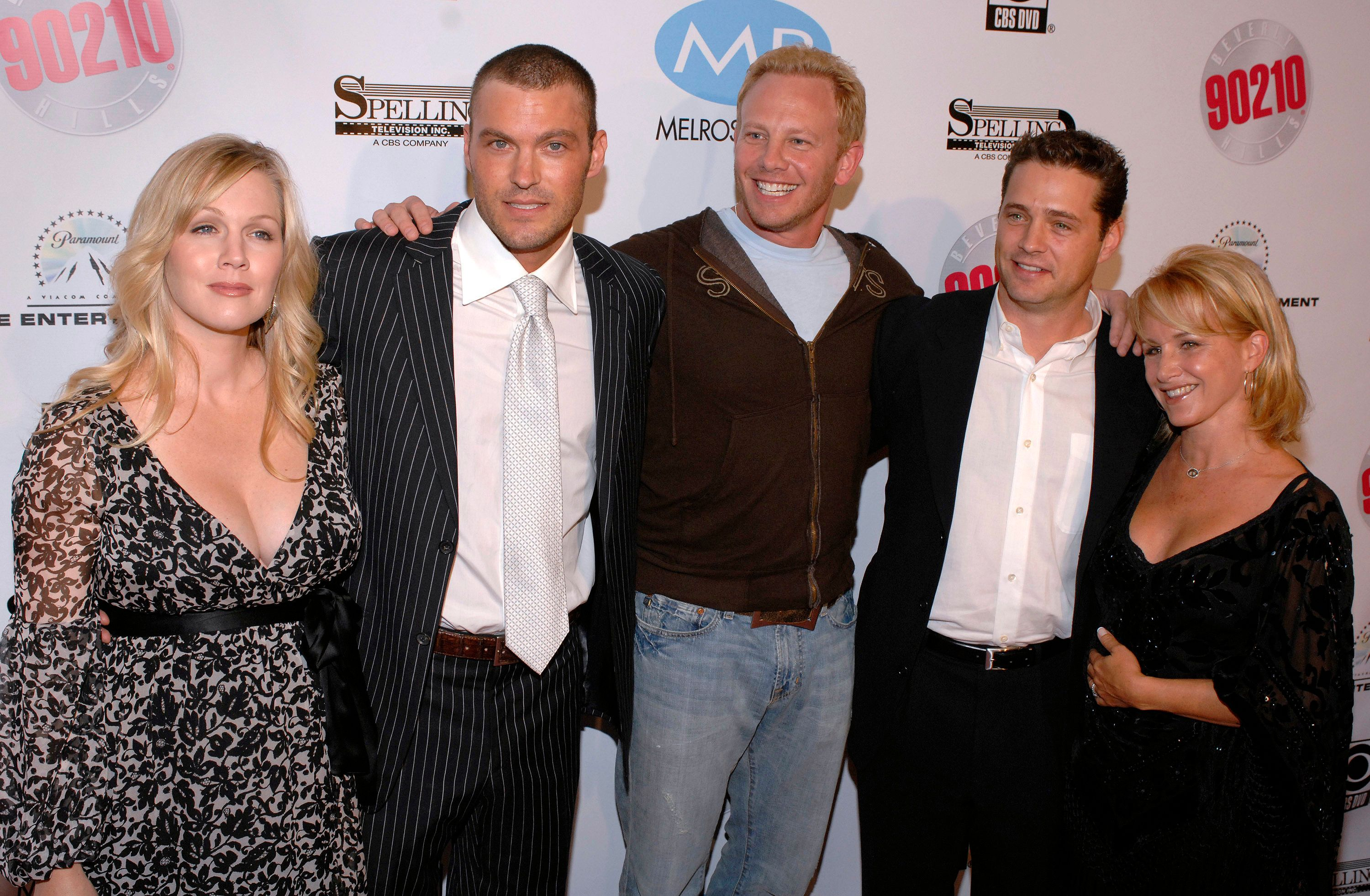 """FILE - In this Nov. 3, 2006, file photo, Beverly Hills 90210 cast members, left to right, Jennie Garth, Brian Austin Green, Ian Ziering, Jason Priestley and Gabrielle Carteris attend the """"Beverly Hills 90210"""" and """"Melrose Place"""" first season DVD launch party  in Beverly Hills, Calif. The original stars of """"Beverly Hills, 90210,"""" are set to return to FOX in a six-episode event series, """"90210."""" (AP Photo/Phil McCarten, File)"""