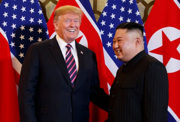 Trump e Kim Jong Un sorriem para os fotógrafos durante encontro em