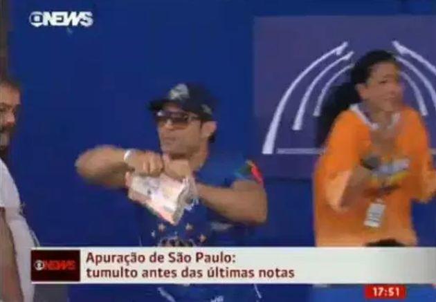 GloboNews registra ao vivo integrante de escola rasgando notas dos jurados em São
