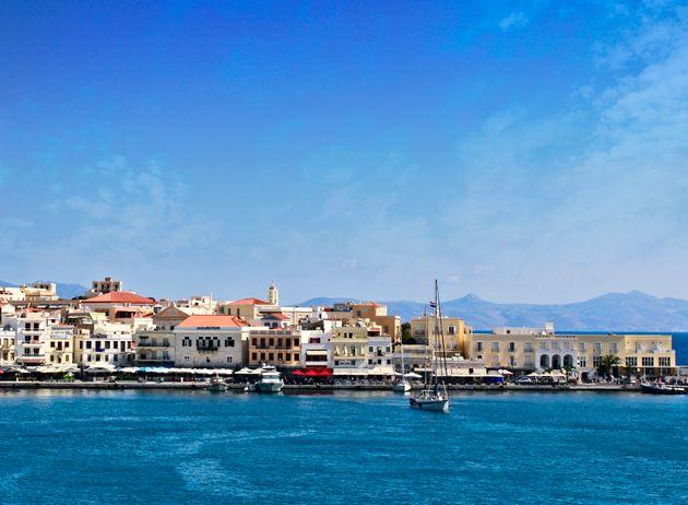 Ξεχάστε τη Μύκονο και τη Σαντορίνη – Η Σύρος είναι ο απόλυτος προορισμός για φέτος το