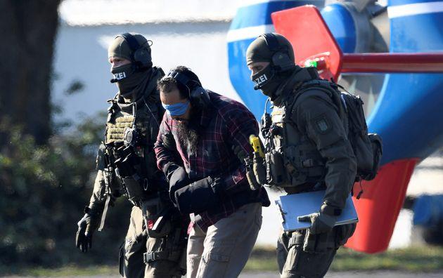 Le Marocain Mounir El Motassadeq escorté par la police allemande lors de sa sortie de prison le...