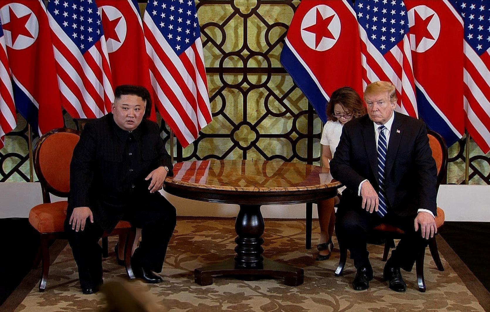 Aux côtés de Trump à Hanoï, Kim Jong Un répond à un journaliste étranger pour la première