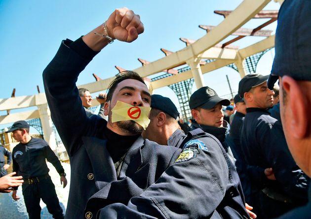 Des dizaines d'interpellations musclées lors du rassemblement des journalistes contre la